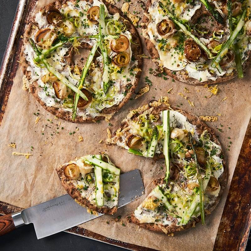 Foto av Knäckebrödspizza med sparris, confiterad purjo och citron från WW ViktVäktarna
