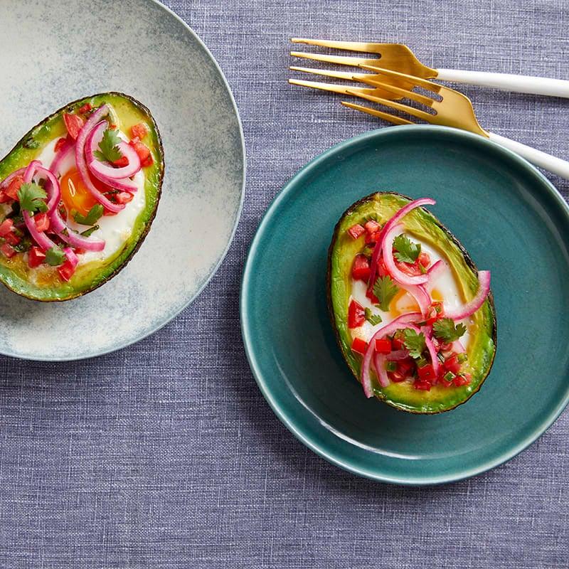 Foto av Bakade ägg i avokado med tomatsalsa och picklad lök från WW ViktVäktarna