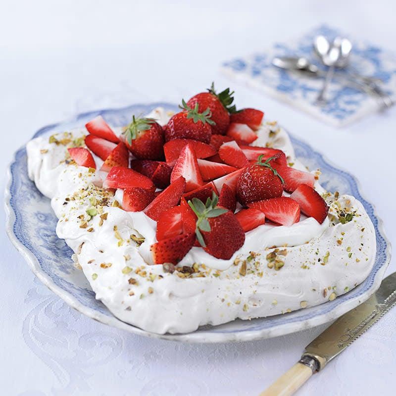 Foto av Pavlova med jordgubbar och pistagenötter från WW ViktVäktarna