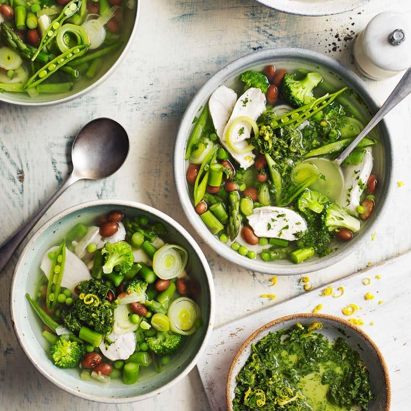 Foto av Grönsakssoppa med kyckling och borlottibönor toppad med pistou från WW ViktVäktarna